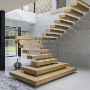 Masivní dubový obklad samonosného schodiště