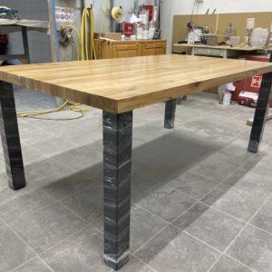 Dubové jídelní stoly s ocelovou podnoží 2